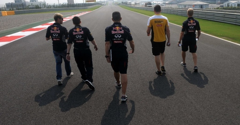 Sebastian Vettel inspeciona circuito Buddh, prova que pode representar o tetracampeonato ao alemão. Tribunal local pode cancelar GP neste domingo