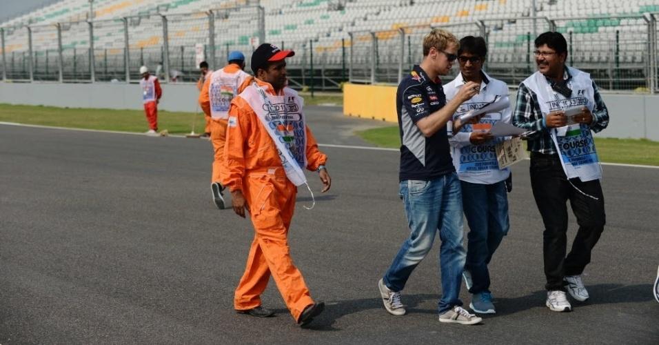 Vettel atende pedido de funcionários do circuito indiano de Buddh, local da prova deste domingo