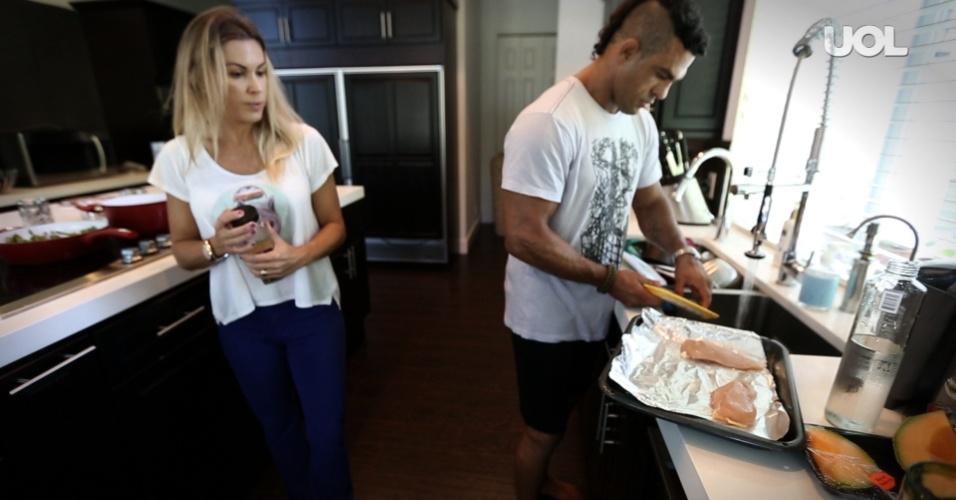 Vitor Belfort dá uma de dono de casa e prepara o almoço da família em Boca Raton, observado por Joana Prado