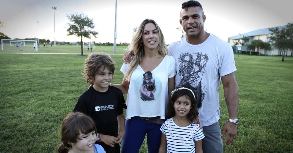 Vitor Belfort e Joana Prado posam com os filhos Davi (8), Vitória (6) e Kyara (4, à esquerda)