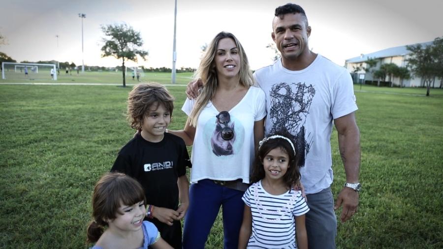 Vitor Belfort e Joana Prado posam com os filhos, Davi, Vitória e Kyara nos EUA - Reprodução/UOL