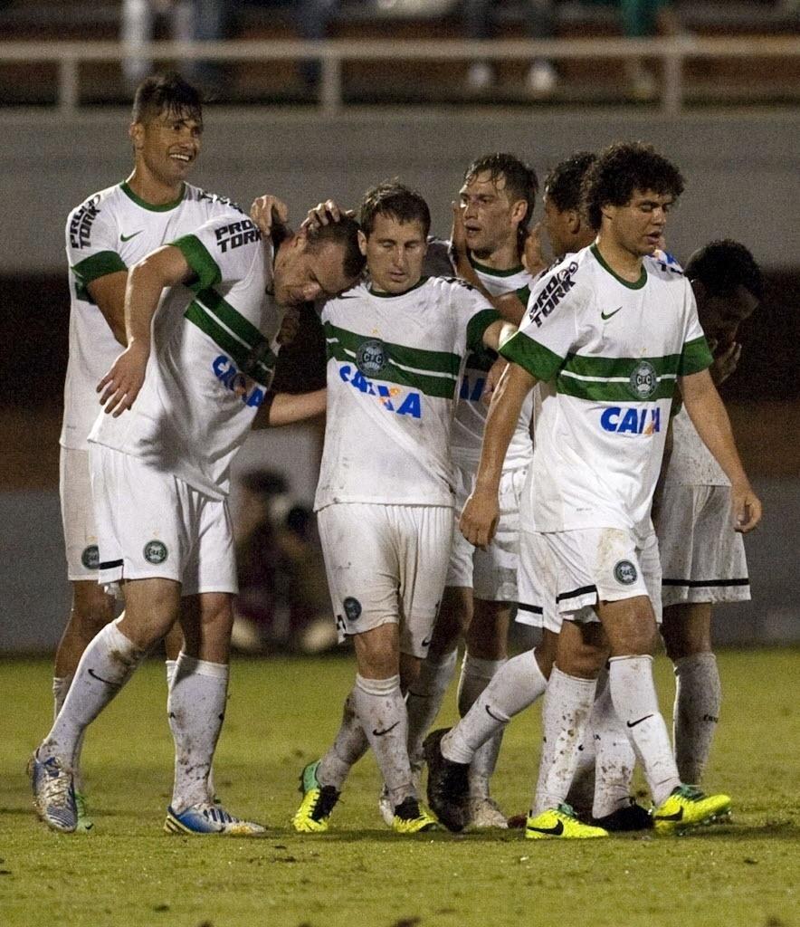 24.10.13 - Jogadores do Coritiba comemoram gol de Chico contra o Itagui pela Copa Sul-Americana