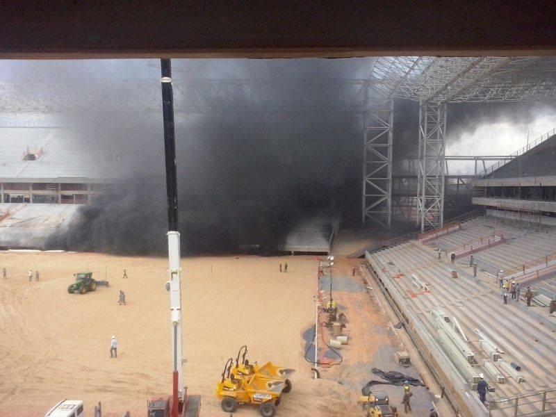 25.out.2013 - Incêndio atinge canteiro de obras da Arena Pantanal, em Mato Grosso