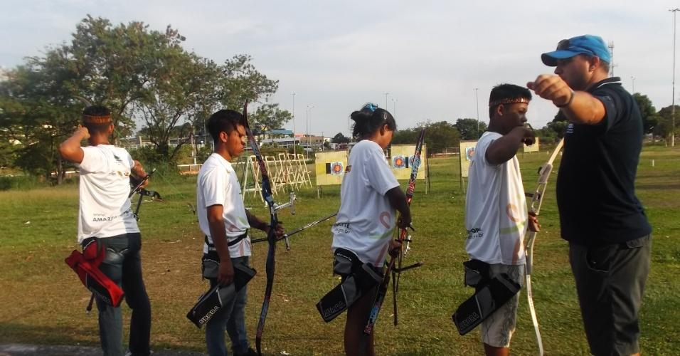 Roberval Santos passa instrução para os índios em treinamento