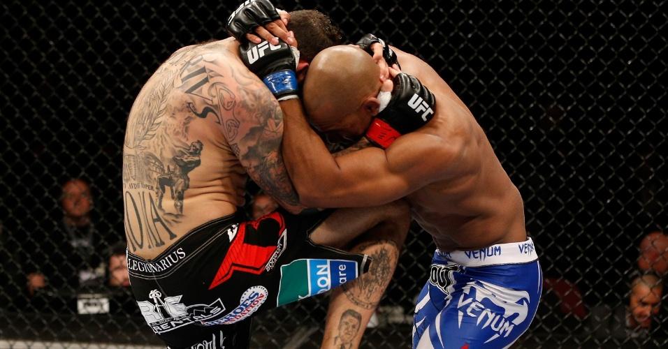 26.10.2013 - Alessio Sakara (e) e Nico Musoke trocam golpes durante combate no UFC: Machida x Muñoz, em Manchester