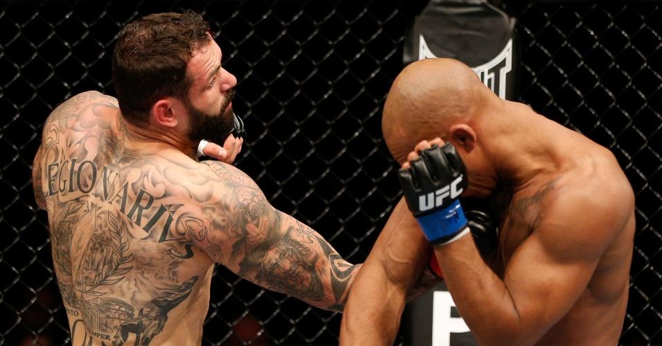 26.10.2013 - Italiano Alessio Sakara acerta um soco em Nico Musoke durante luta no UFC: Machida x Muñoz, em Manchester