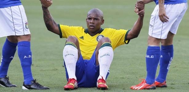 Adversários ajudam Luis Felipe a levantar durante partida entre Palmeiras e São Caetano - Reinaldo Canato/UOL