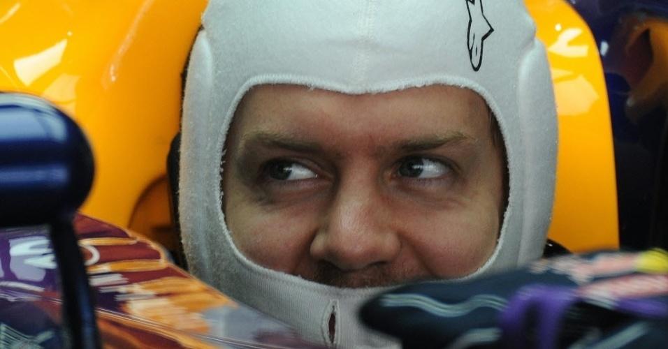 26.out.2013 - No carro, Sebastian Vettel aguarda para entrar na pista do GP da Índia; alemão precisa apenas de um quinto lugar para ser campeão