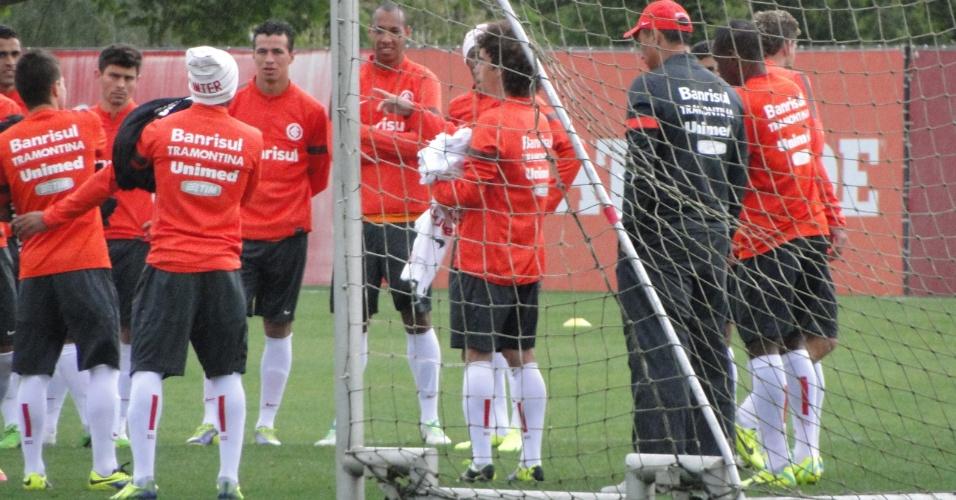 Leandro Damião espera para receber o colete para participar de treino do Internacional (26/10/2013)