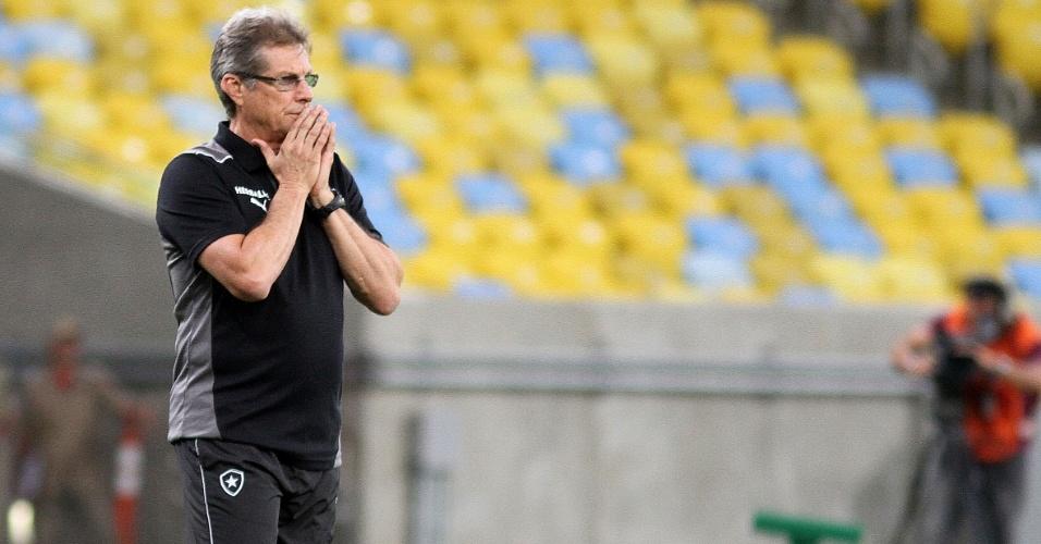 Oswaldo de Oliveira fica apreensivo durante partida entre Botafogo e Atlético-MG (26.out.2013)