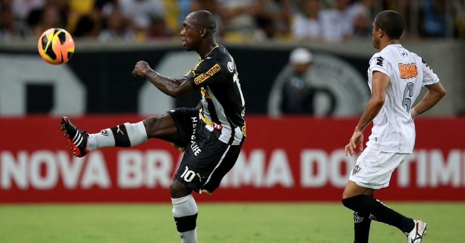Seedorf controla a bola diante da marcação de Júnior César (26.out.2013)