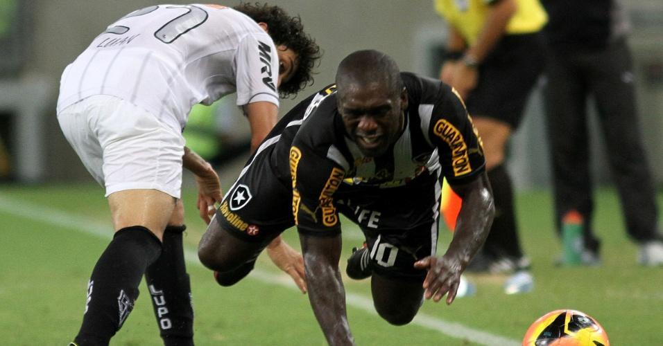 Seedorf é derrubado por Luan na partida entre Botafogo e Atlético-MG (26.out.2013)