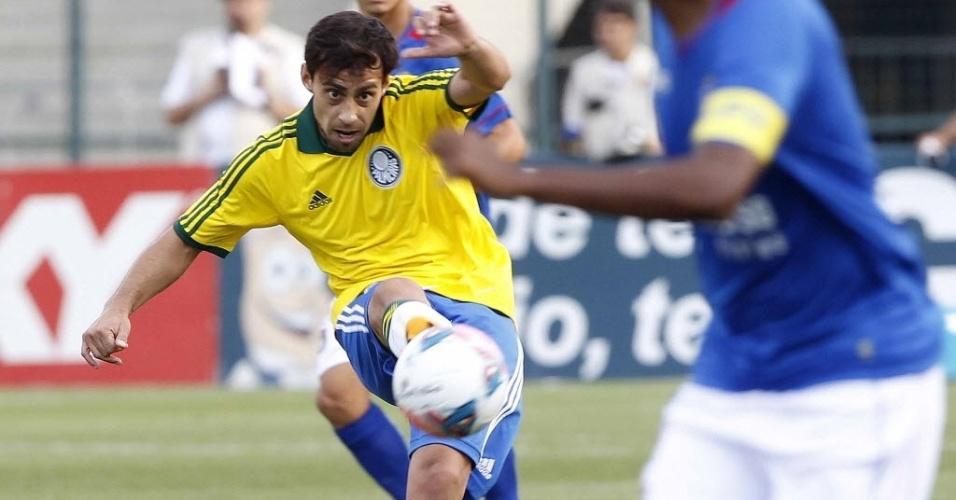 Valdivia tenta a jogada durante a partida entre Palmeiras e São Caetano, pela Série B do Campeonato Brasileiro