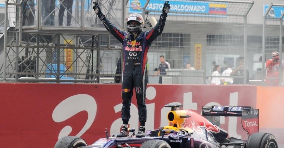 27.out.2013 - Vettel sobe em sua Red Bull para comemorar o tetracampeonato mundial de F-1