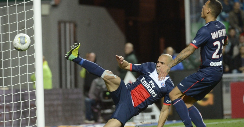 27.out.2013 - Zagueiro Alex, do PSG, tenta evitar gol do St.Etienne no empate em 2 a 2 pelo Campeonato Francês