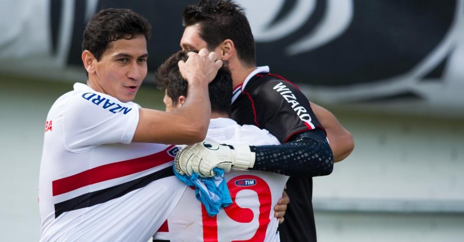 Ganso e Dênis abraçam Aloísio após segundo gol do atacante contra o Inter (27.out.2013)