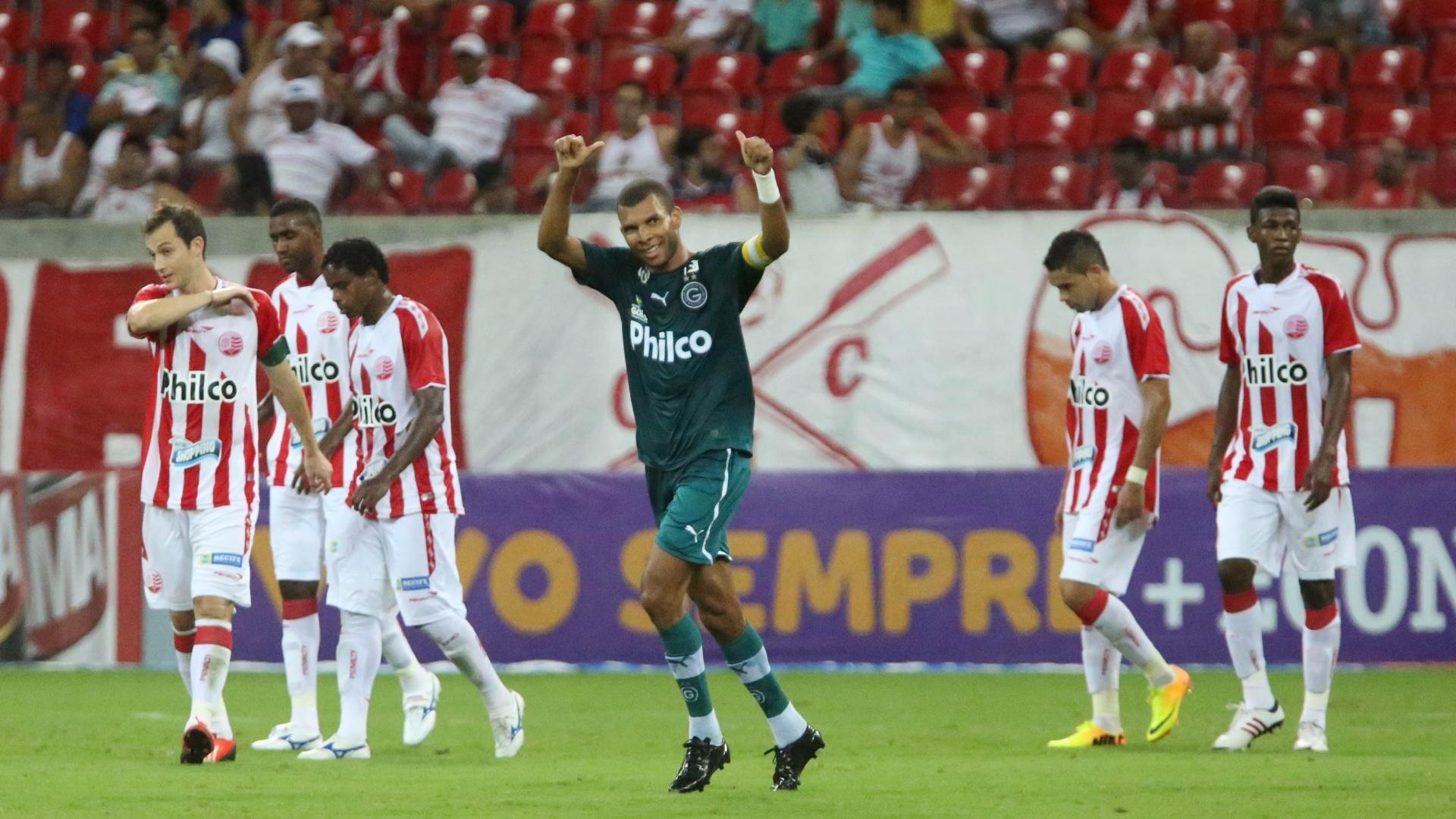 Amaral comemora após marcar o segundo gol do Goiás contra o Náutico (27.out.2013)