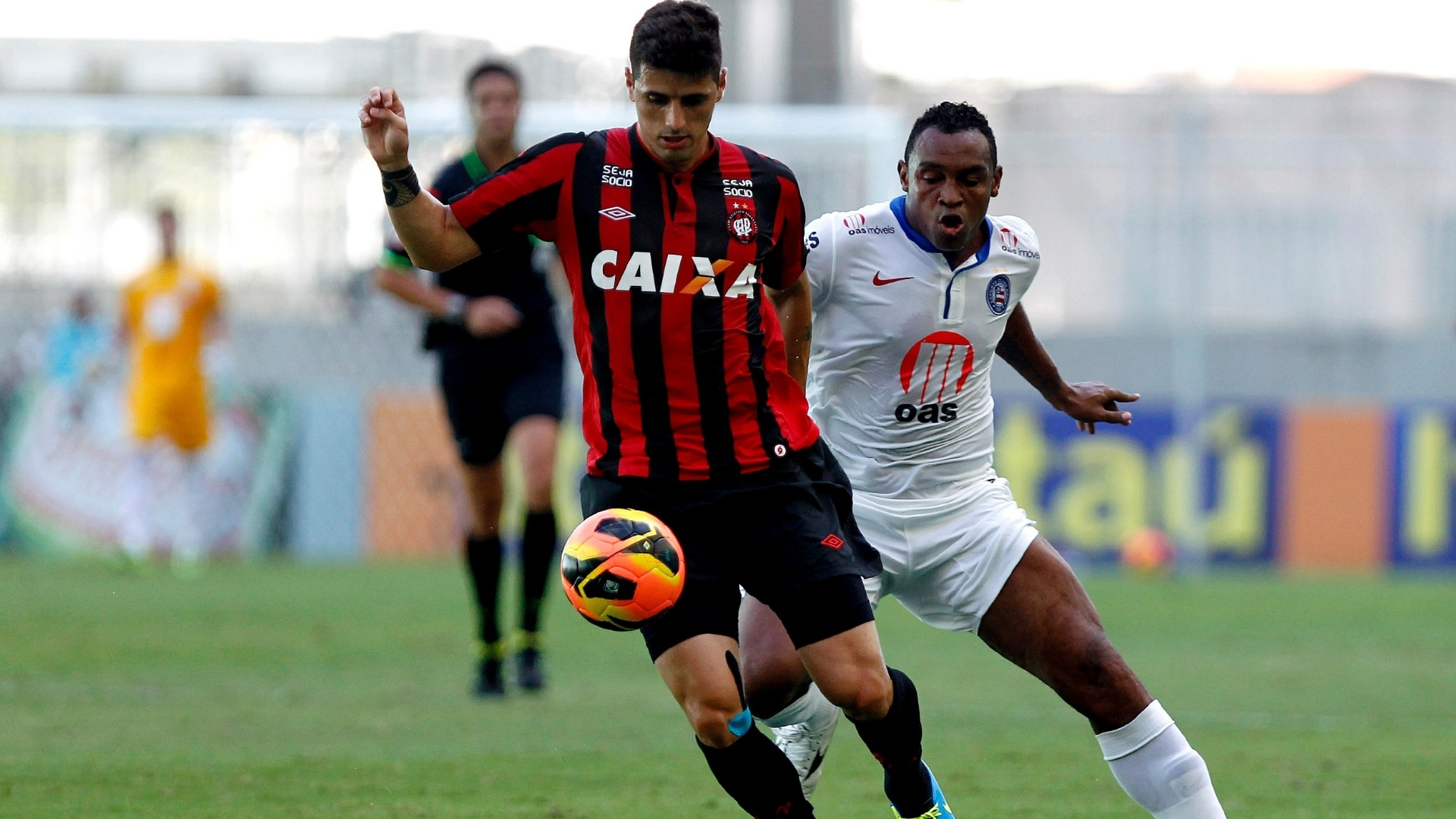 Dráusio (esq.) disputa a bola com Obina na partida entre Bahia e Atlético-PR (27.out.2013)