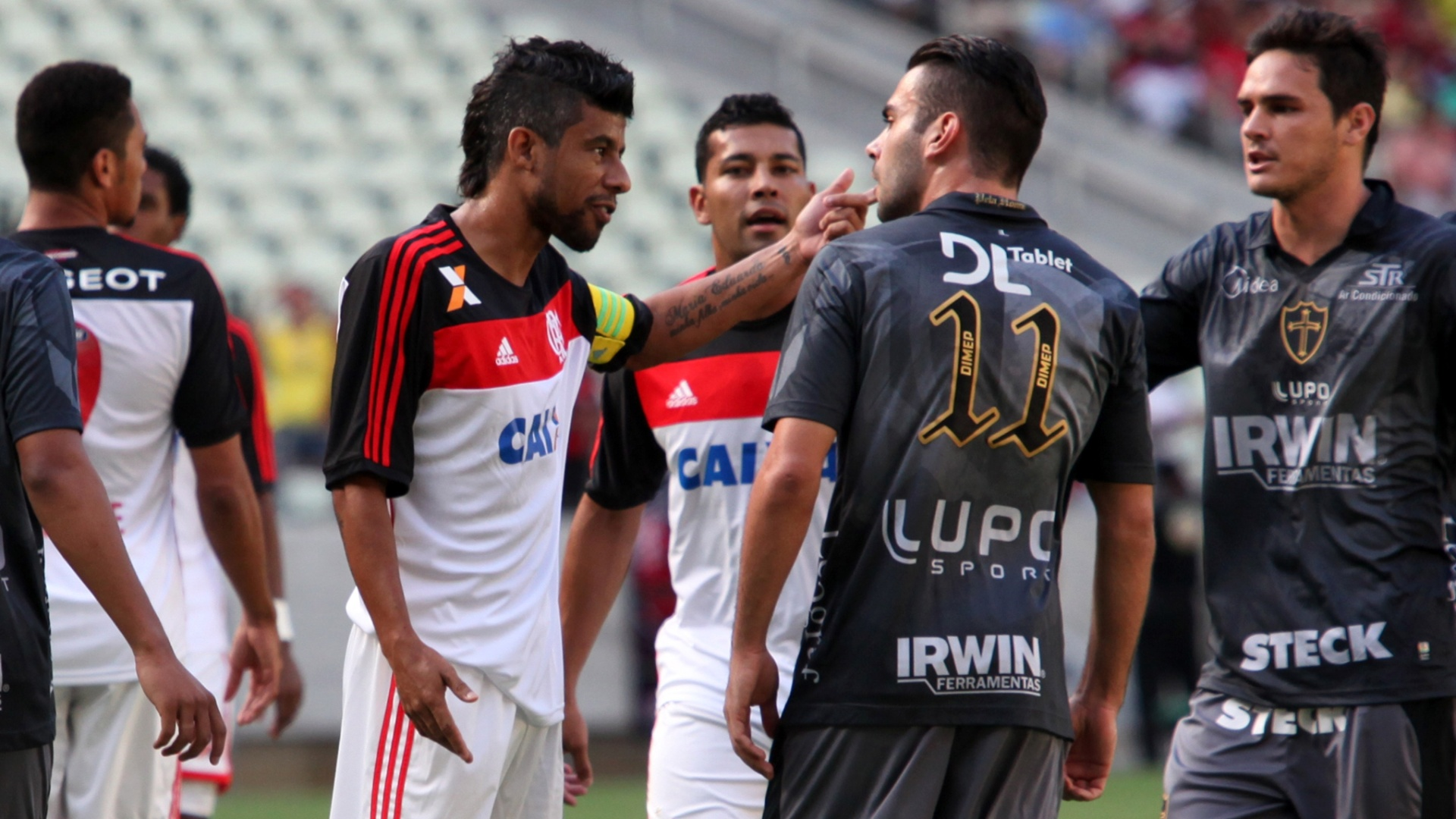 Léo Moura, do Flamengo, se desentende com Bruno Henrique, da Portuguesa (27.out.2013)