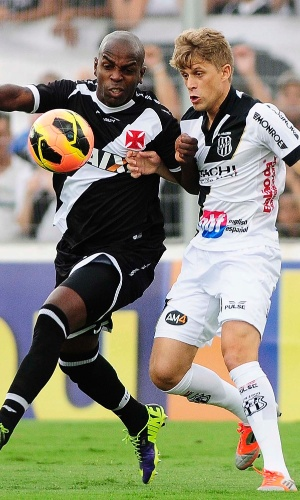 Sandro Silva disputa bola com Adrianinho no duelo entre Ponte Preta e Vasco (27.out.2013)
