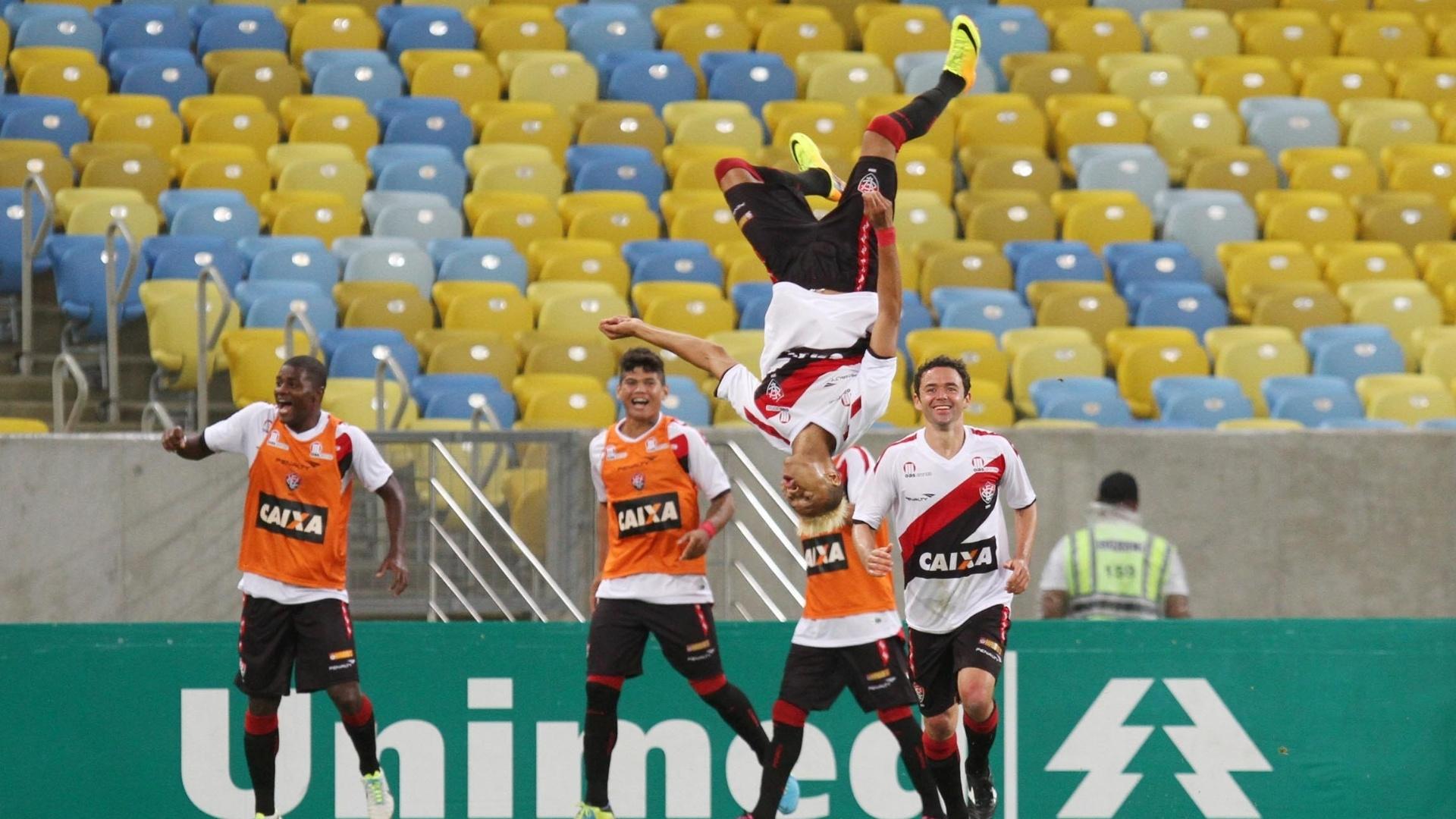 William Henrique vira de ponta cabeça para comemora gol marcado pelo Vitória (27.out.2013)