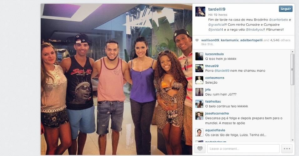 28 outubro 2013 - Linda Vanessa, Diego Tardelli, o cantor Belo, a mulher Gracyani Barbosa, Jô e sua esposa Cláudia durante folga dos jogadores atleticanos.