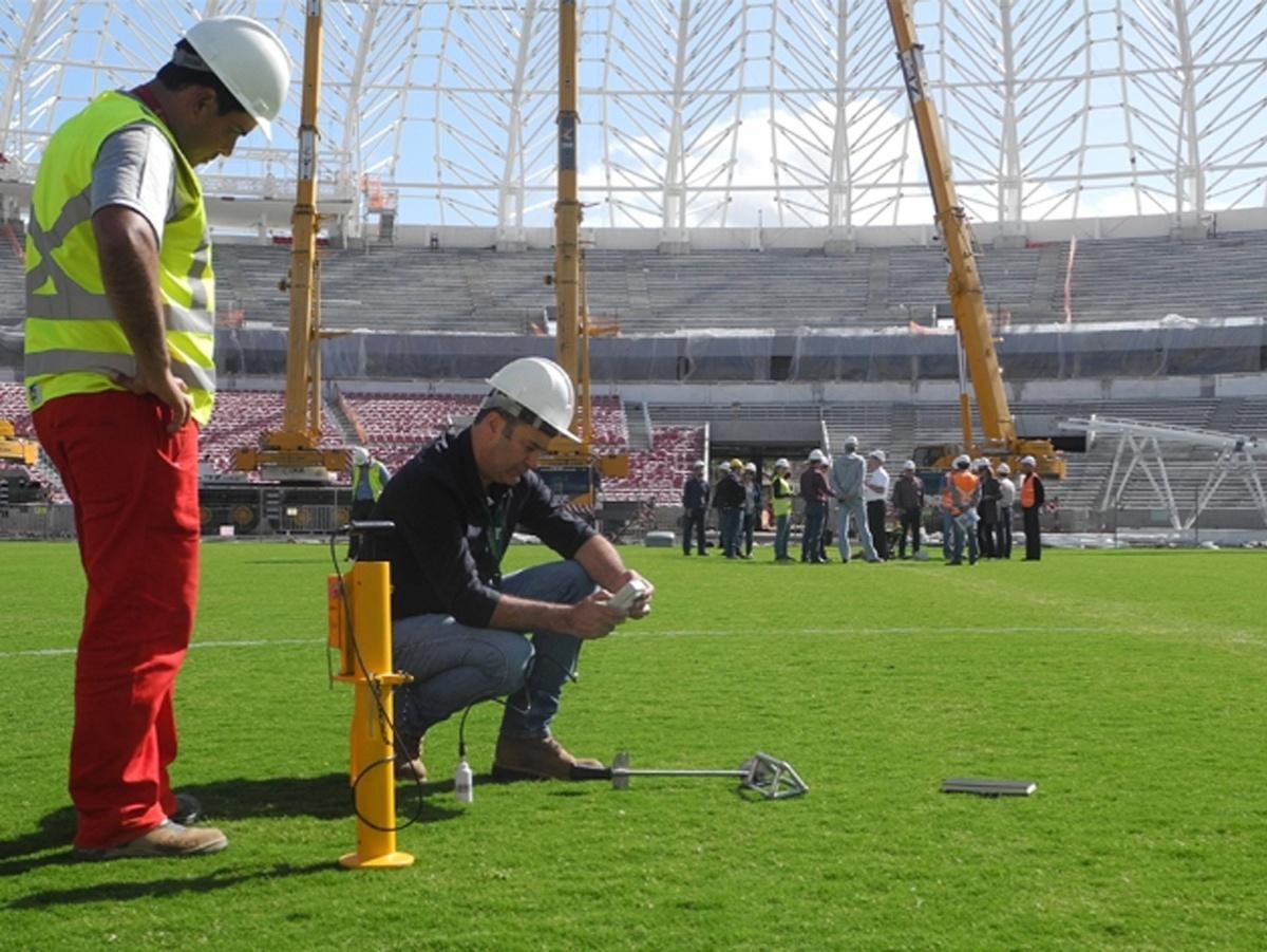 Consultor da Fifa faz testes no gramado do estádio Beira-Rio do Internacional (28/10/2014)