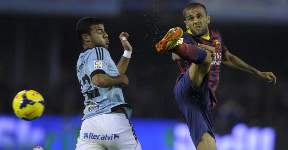 29.out.2013 - Lateral Daniel Alves afasta bola de Rafinha, ex-companheiro de Barça, em duelo contra o Celta