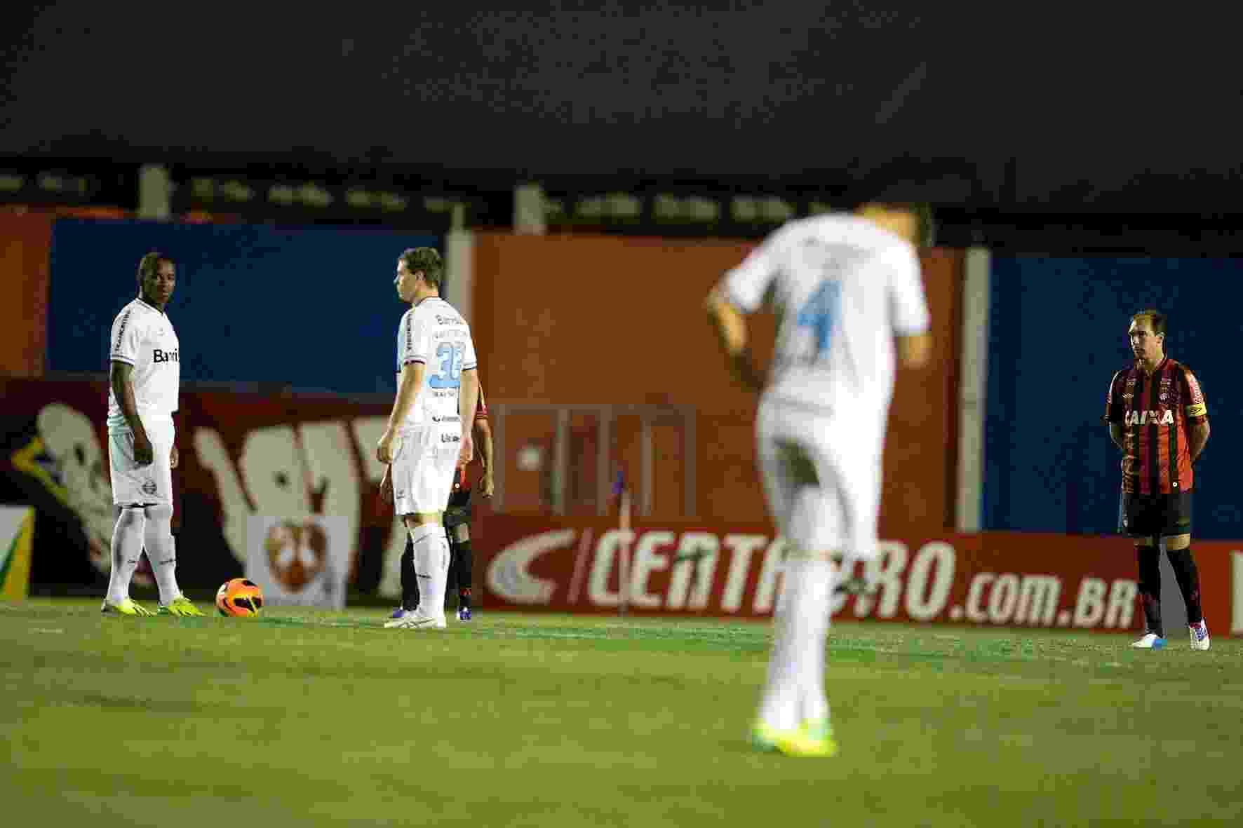 Jogadores do Grêmio se preparam para começo do jogo contra o Atlético-PR - Hedeson Alves/VIPCOMM