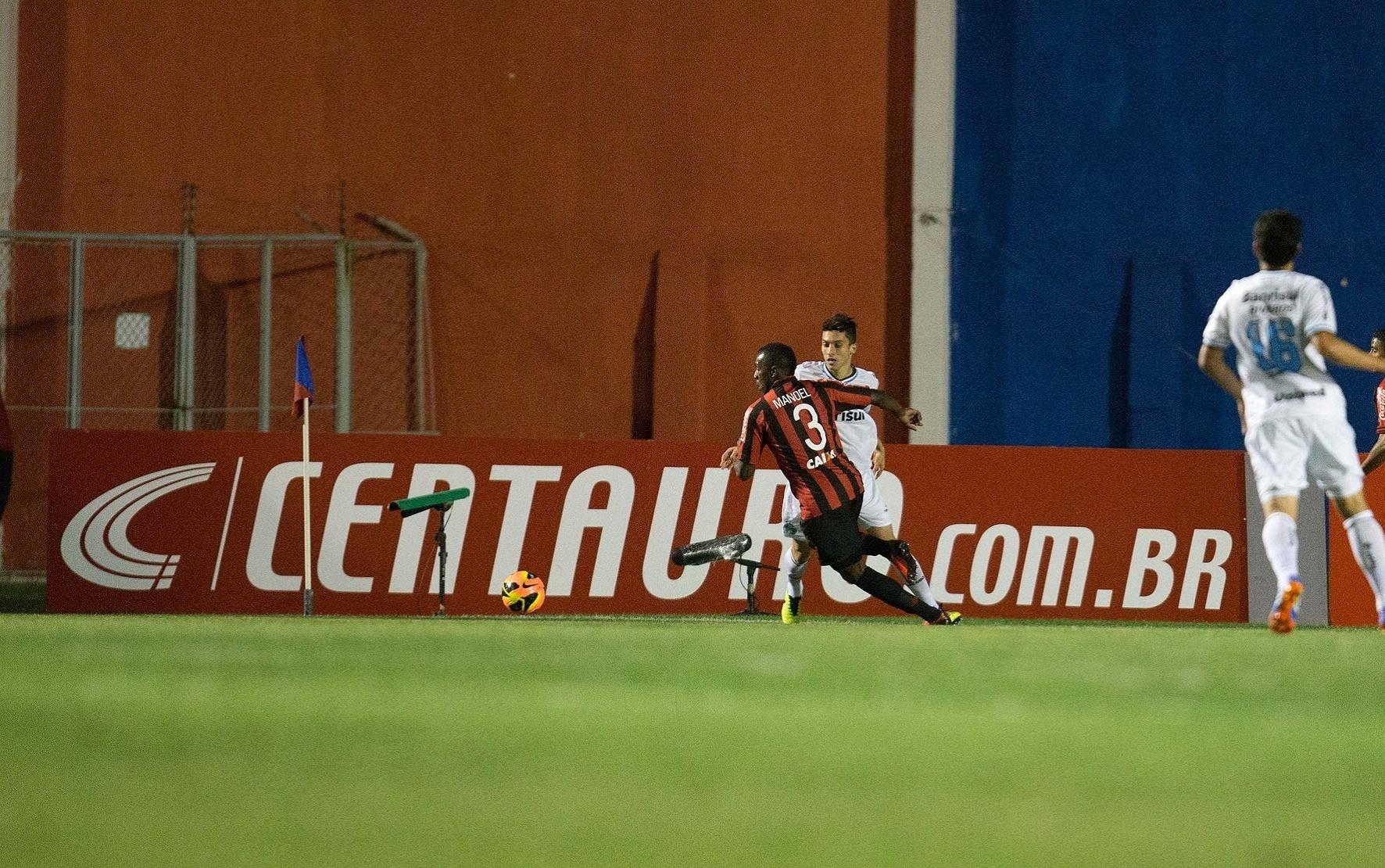 Manoel tenta fazer jogada pelo Atlético-PR na vitória por 1 a 0 sobre o Grêmio pela Copa do Brasil (30.10.13)