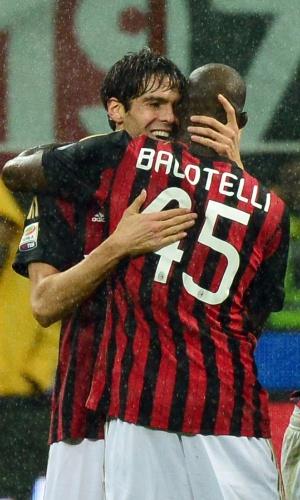 30.out.2013 - Balotelli abraça Kaká após golaço do meia brasileiro em partida contra a Lazio, pelo Italiano