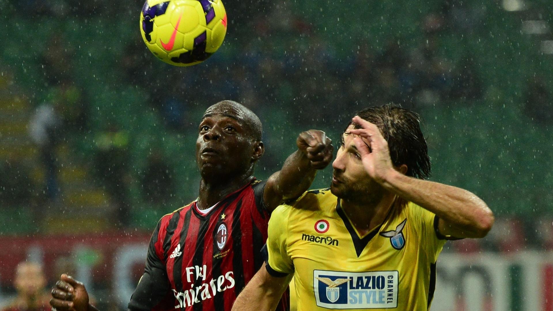 30.out.2013 - Balotelli, do Milan, usa o braço para disputar bola com Lorik Cana, da Lazio, em jogo válido pelo Italiano