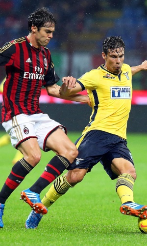 30.out.2013 - Kaká e Hernanes fazem duelo brasileiro no confronto entre Milan e Lazio, no San Siro, pelo Italiano