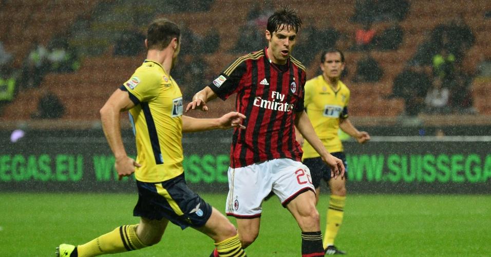 30.out.2013 - Kaká vai para cima da marcação de Mauri, da Lazio, em jogo do Campeonato Italiano