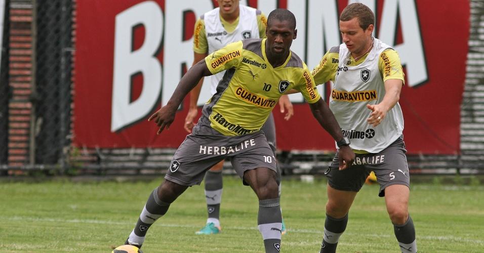 Seedorf domina a bola em treino do Botafogo sob a marcação de Marcelo Mattos