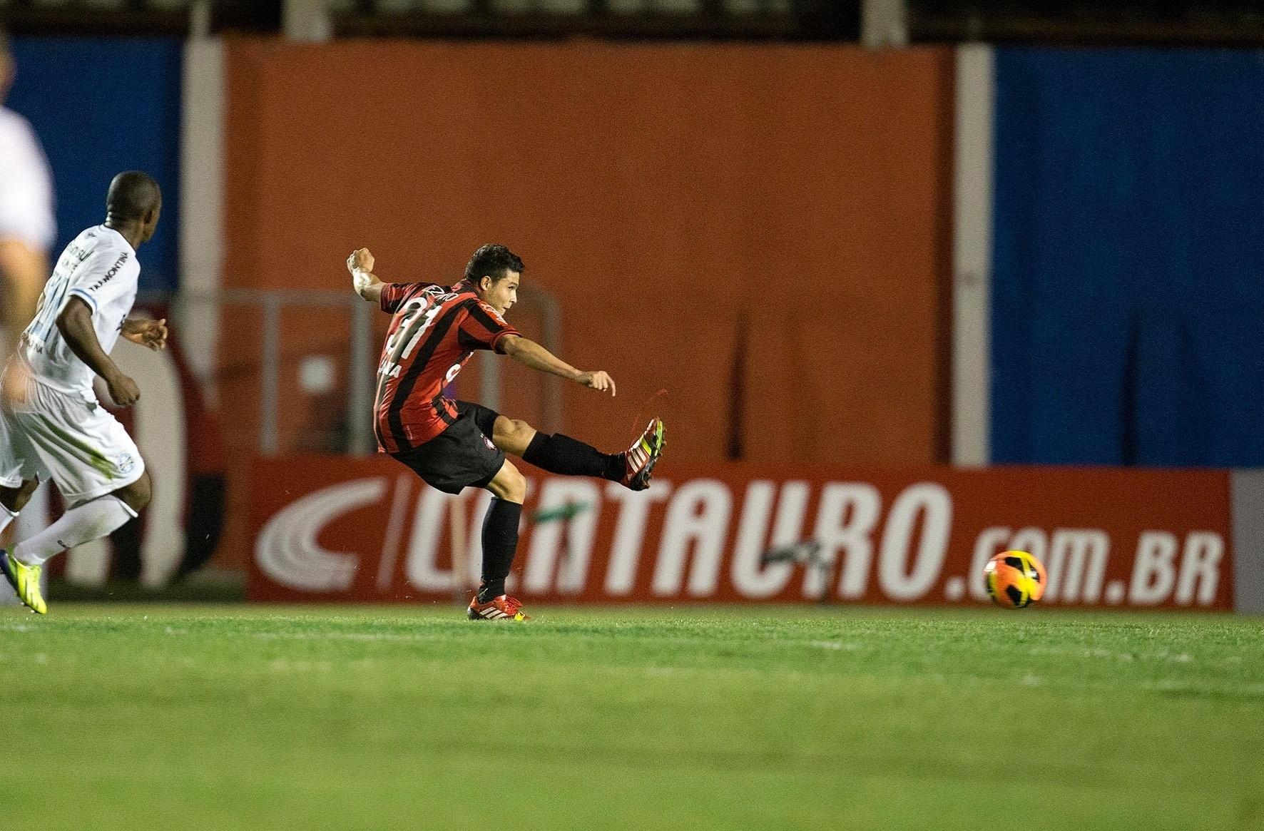 Zezinho bate para o gol na partida entre Atlético-PR e Grêmio pela Copa do Brasil. Jogando em casa, na Vila Capanema, o Atlético venceu por 1 a 0 (30.10.13)