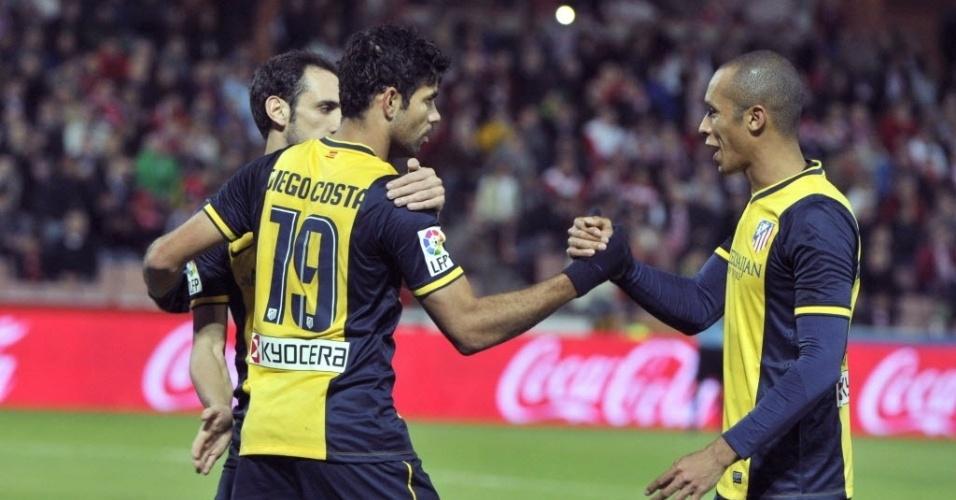 31.out.2013 - Diego Costa comemora com o zagueiro Miranda após marcar para o Atlético de Madri contra o Granada