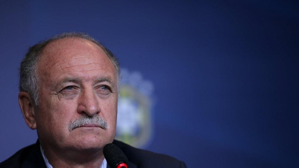 31out.2013 - Felipão observa os jornalistas durante coletiva para o anúncio dos convocados para a seleção brasileira