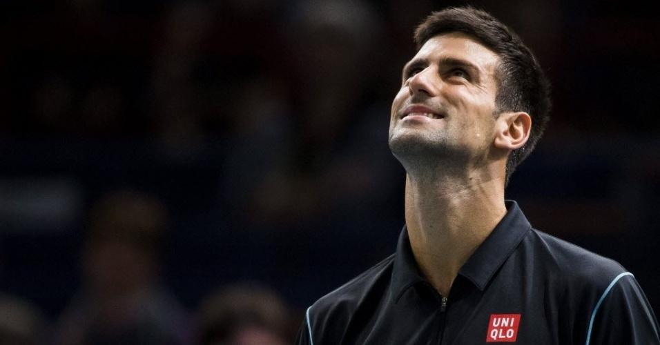 31.out.2013 - Novak Djokovic esboça sorriso durante o duelo contra John Isner em Paris