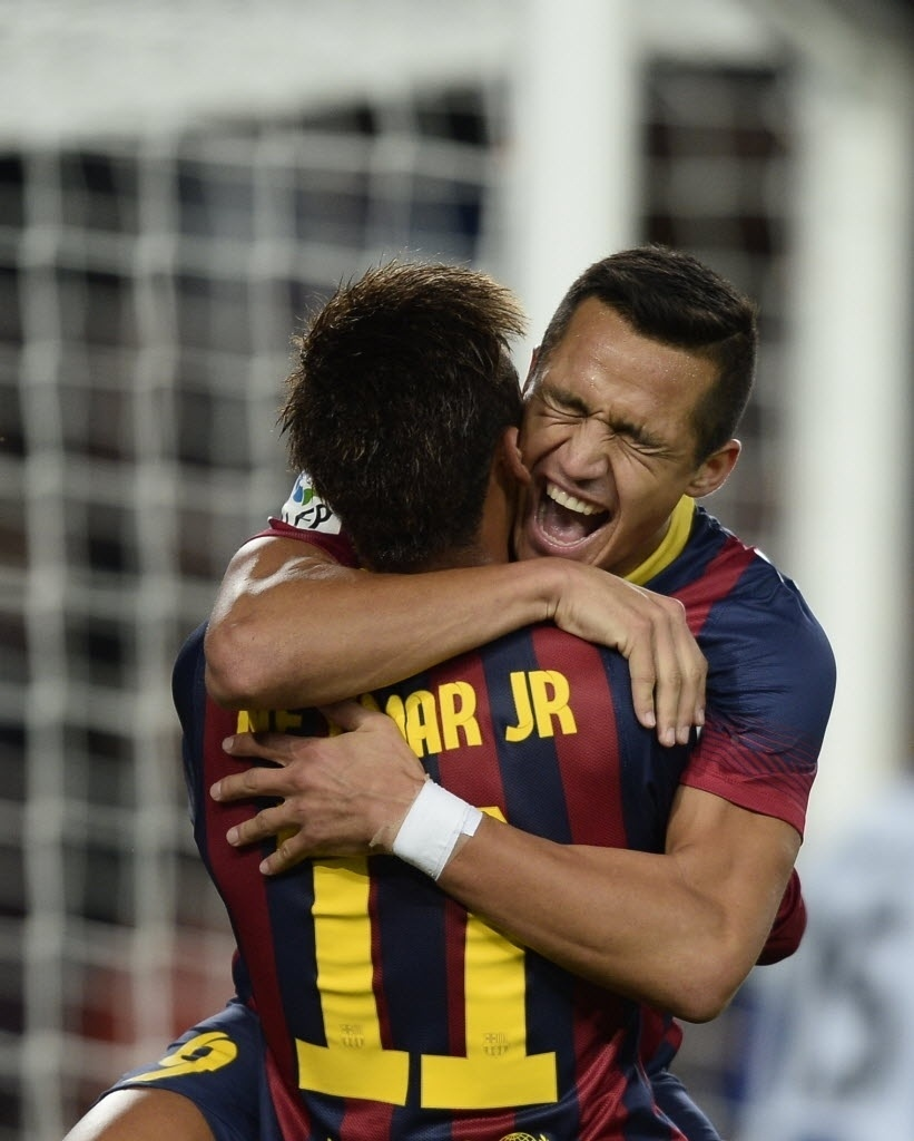 01.11.13 - Alexis Sanchez comemora gol do Barcelona com Neymar após cruzamento do brasileiro