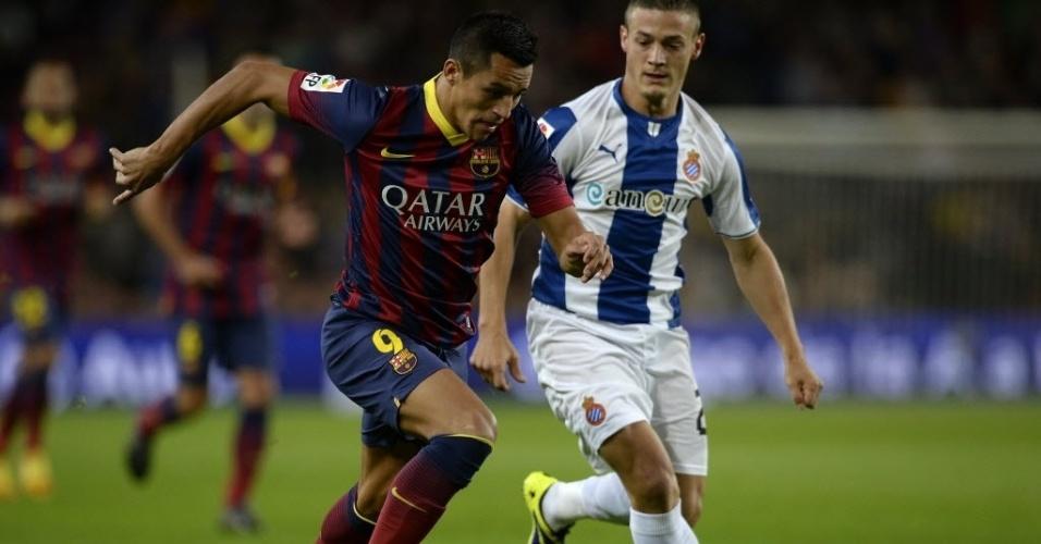 01.11.13 - Alexis Sánchez faz jogada no clássico entre Barcelona e Espanyol