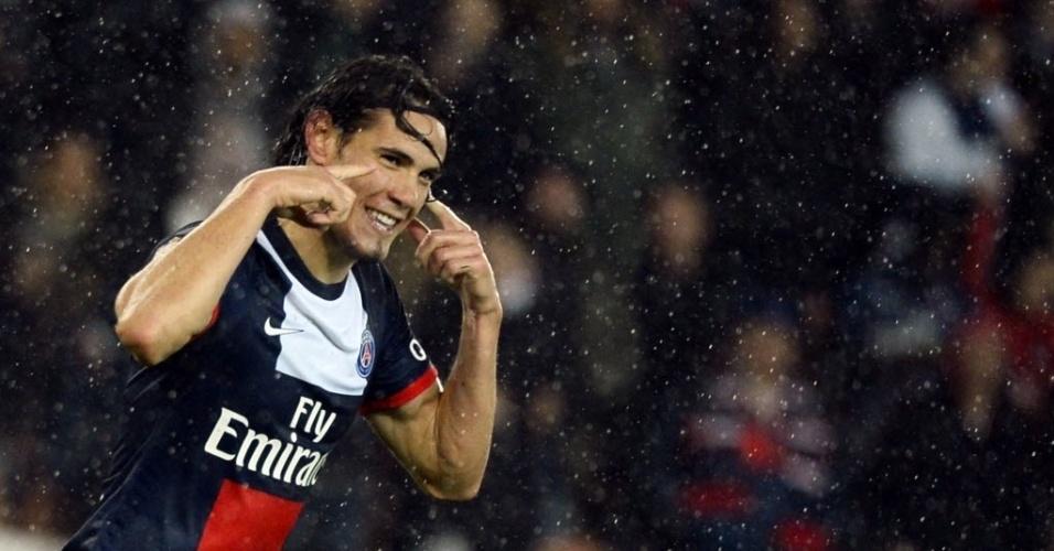 01.11.13 - Cavani comemora seu gol pelo PSG contra o Lorient após passe de Lucas em jogo do Campeonato Francês