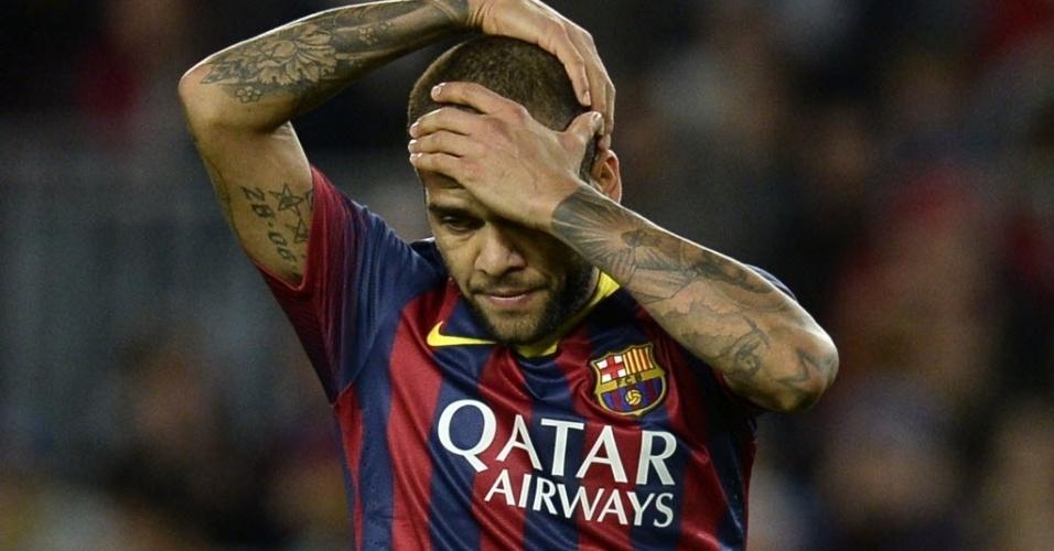 01.11.13 - Daniel Alves lamenta após acertar a trave do Espanyol no clássico do Barcelona