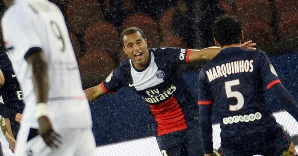 01.11.13 - Lucas comemora gol do PSG com o brasileiro Marquinhos no jogo contra o Lorient pelo Campeonato Francês