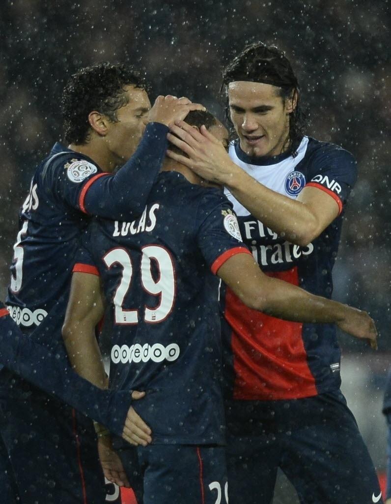 01.11.13 - Lucas é abraçado por Marquinhos e Cavani após fazer gol para o PSG contra o Lorient pelo Campeonato Francês
