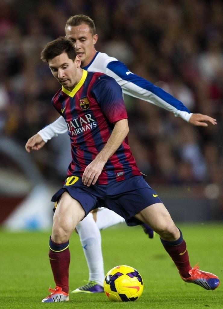 01.11.13 - Messi faz jogada no clássico entre Barcelona e Espanyol pelo Campeonato Espanhol
