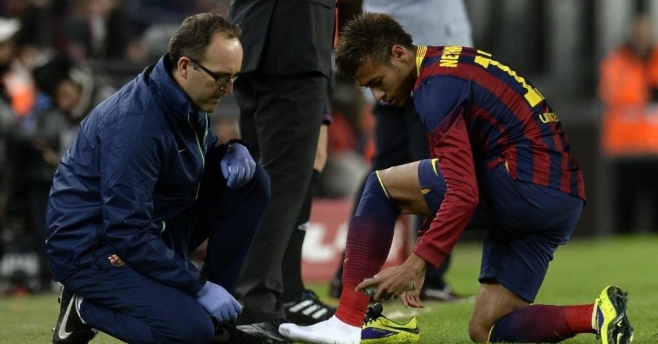 01.11.13 - Neymar é atendido pelo médico na partida entre Barcelona e Espanyol pelo Campeonato Espanhol
