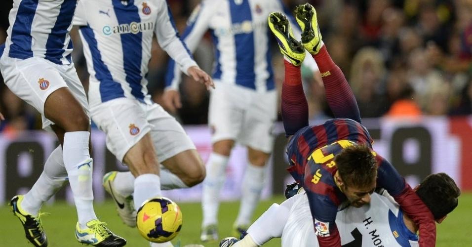 01.11.13 - Neymar é derrubado pela marcação do Espanyol no jogo do Barcelona pelo Campeonato Espanhol