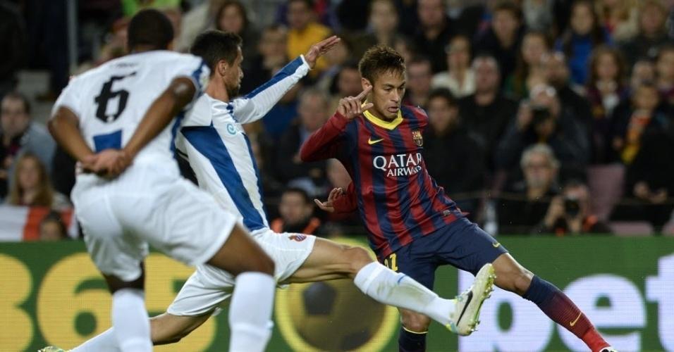 01.11.13 - Neymar tenta driblar adversário no clássico entre Barcelona e Espanyol