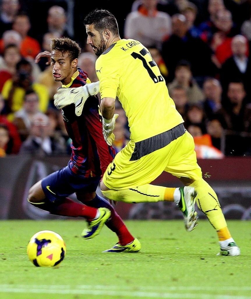 01.11.13 - Neymar tenta driblar goleiro do Espanyol na partida do Barcelona pelo Campeonato Espanhol